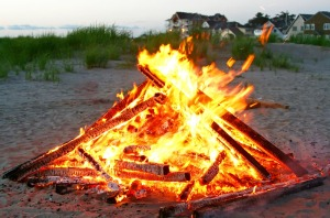 Bonfires burn hot, then go out, leaving lots of unburned wood on the edge.